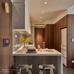 12 坪木質小公寓:  置入式廚房 by SECONDstudio