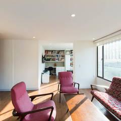 Salas de estilo clásico por ARCE S.A.S