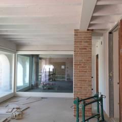 Interni: Sala da pranzo in stile  di studio arch sara baggio