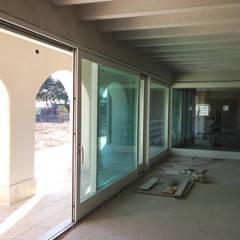 Vetrate: Sala da pranzo in stile  di studio arch sara baggio