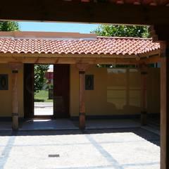 Patio de acceso a la casa: Pasillos y recibidores de estilo  por Estudio Dillon Terzaghi Arquitectura