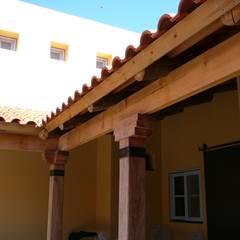 Galería de troncos y tejas portuguesas: Casas unifamiliares de estilo  por Estudio Dillon Terzaghi Arquitectura
