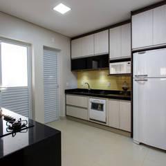 Reforma Residencial : Armários e bancadas de cozinha  por Arquiteta Carol Algodoal Arquitetura e Interiores