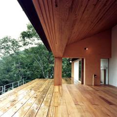 蓼科高原の週末住宅|レッドシダーで統一された素材で、内と外とのつながり: 中庭のある家|水谷嘉信建築設計事務所が手掛けたリビングです。