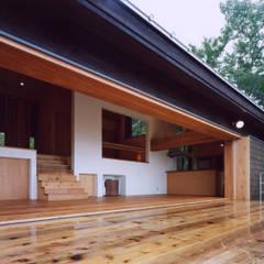蓼科高原の週末住宅|週末を快適に過ごせる別荘: 中庭のある家|水谷嘉信建築設計事務所が手掛けた家です。