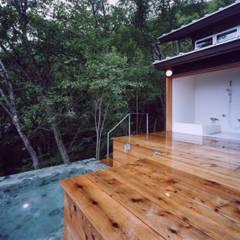 蓼科高原の週末住宅: 中庭のある家|水谷嘉信建築設計事務所が手掛けた浴室です。