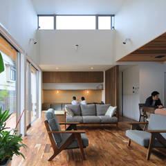 Living room by ㈱ライフ建築設計事務所