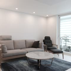 아늑하고 깨끗한 분위기의 선경아파트 31평 _ 이사 후: 홍예디자인의  거실,미니멀