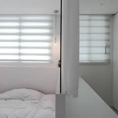 아늑하고 깨끗한 분위기의 선경아파트 31평 _ 이사 후: 홍예디자인의  침실