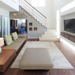 モダン・リゾートスタイルの白いコートハウス: ㈲滝下秀之建築アトリエが手掛けたリビングです。