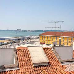 Apartamento T1 – Alfama, Lisboa, PT: Escadas  por Lu Haddad Surface and Interior Designer