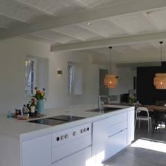 Interieurontwerp hoeve Cortenbach, Voerendaal:  Keukenblokken door Ontwerpbureau Op den Kamp