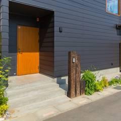 川口の家: 一級建築士事務所 アトリエ カムイが手掛けたドアです。,モダン 木 木目調