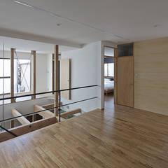どんつきの家: 岩本賀伴建築設計事務所が手掛けた寝室です。