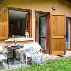 Restyling per il turismo in montagna: Giardino in stile  di staged interiors