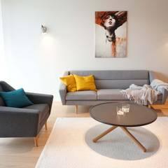 Graues Sofa mit Sessel skandinavisch:  Wohnzimmer von Baltic Design Shop