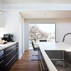 大きな窓のあるダイニングキッチン: 石川淳建築設計事務所が手掛けたシステムキッチンです。