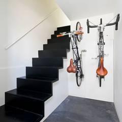 ハコ型二世帯住宅 ハコノオウチ05: 石川淳建築設計事務所が手掛けた廊下 & 玄関です。