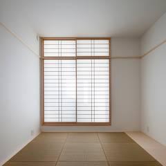 親世帯寝室: 石川淳建築設計事務所が手掛けた和室です。