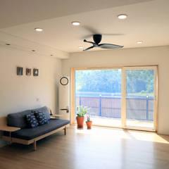 심플하고 내츄럴한 디엘건축의 크리에이트 신규모델 컨트리스타일 거실 by (주)디엘건축 컨트리