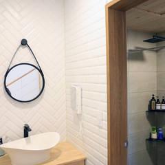 욕실: (주)디엘건축의  욕실