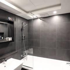 판교산운마을9단지 _ 기본적이지만 모던한 다크그레이 욕실: 디자인담다의  욕실