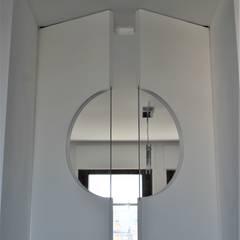 particolare porta cucina: Porte in legno in stile  di HBstudio