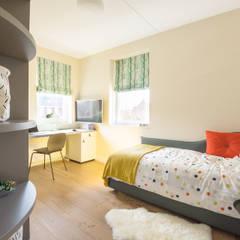 Kinderkamer met kast en bureau op maat:  Jongenskamer door Stefania Rastellino interior design
