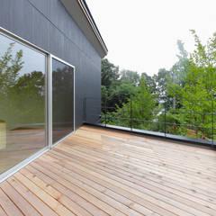 acubens: ポーラスターデザイン一級建築士事務所が手掛けたベランダです。