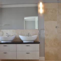 Baños de estilo colonial por JFS Interiors