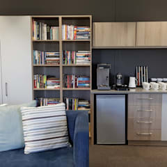 Oakhill Church Offices:  Study/office by JFS Interiors