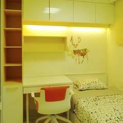알찬 수납과 효율성을 살린 아파트: 더디자인 the dsgn의  어린이용 침실