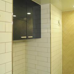 원목 질감과과 블루 컬러가 만난 욕실: 더디자인 the dsgn의  욕실