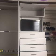 Implementación Closet: Closets de estilo  por YR Solutions