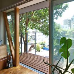【LWH002】 自分らしく暮しを楽しむ小さな家: 志田建築設計事務所が手掛けたテラス・ベランダです。,インダストリアル 木 木目調