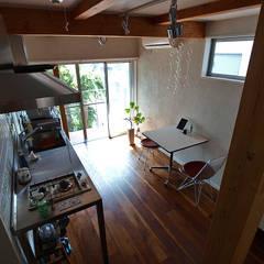 一人暮らし~ダイニングキッチン: 志田建築設計事務所が手掛けたダイニングです。