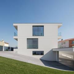Casa Aguçadoura: Garagens e arrecadações  por Raulino Silva Arquitecto Unip. Lda