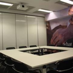 LEO Pharma - Sala de Formação: Escritórios e Espaços de trabalho  por Acontece Design Solutions