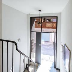 Modern Corridor, Hallway and Staircase by AAPA건축사사무소 Modern