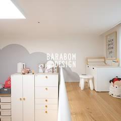 구로동 34평 인테리어: 바라봄디자인의  아이방