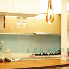 廚房 實木檯面 吊燈:  系統廚具 by 艾莉森 空間設計