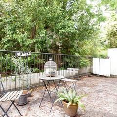 テラスを楽しむ家: 株式会社ラブ・アーキテクチュアが手掛けた庭です。