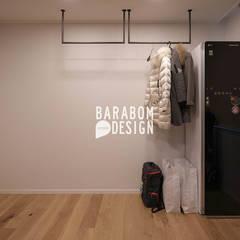 서초동 한신 49평 인테리어: 바라봄디자인의  드레스 룸