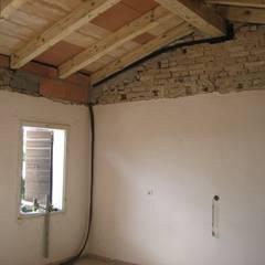 Camera matrimoniale: Camera da letto in stile  di studio arch sara baggio