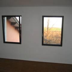 Camera doppia: Camera da letto in stile  di studio arch sara baggio
