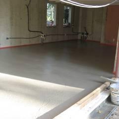 Pavimentazione in cemento : Sala da pranzo in stile  di studio arch sara baggio