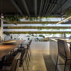 HORTA VERTICAL + TUBULAÇÃO APARENTE: Salas de jantar industriais por STUDIO ANDRE LENZA