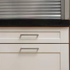Einbauküche in Nussbaum mit lackierten Fronten:  Einbauküche von Bau- und Möbelschreinerei Mihm GmbH & Co. KG