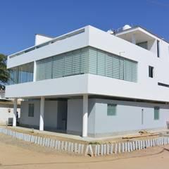 Fachada : Condominios de estilo  por AREA - arquitectura y construcción