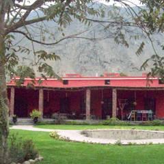 FACHADA CASA PRINCIPAL: Casas unifamiliares de estilo  por AREA - arquitectura y construcción